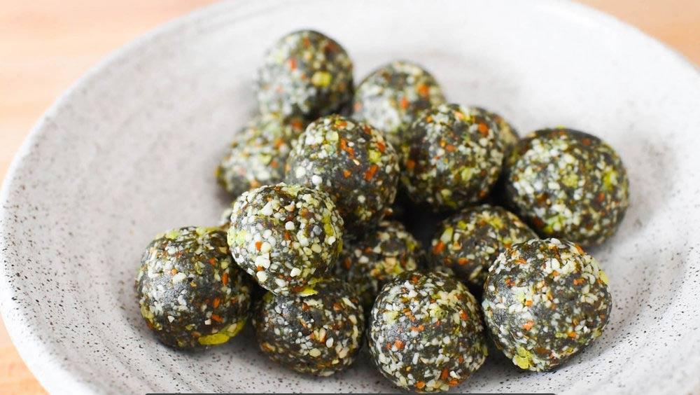 spirulina goji berry energy balls เอเนอร์จี้บอลสูตรเสริมโปรตีน จากซุปเปอร์ฟู้ด สไปรูลิน่า โกจิเบอร์รี่ ซื้อได้ที่healthplatz