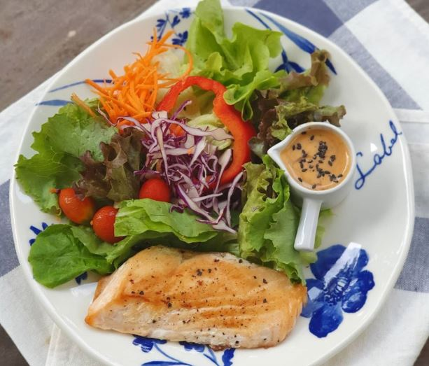 green salad สลัดผัก ปลาย่าง ไอเดีย อาหารคลีน Healthplatz online organic superfoods store healthy menu