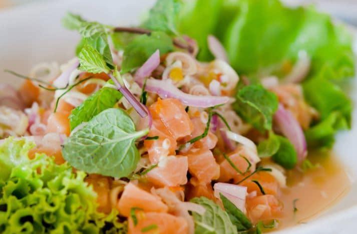spicy salmon salad ยำแซลมอนสมุนไพร ไอเดีย อาหารคลีน Healthplatz online organic superfoods store healthy menu